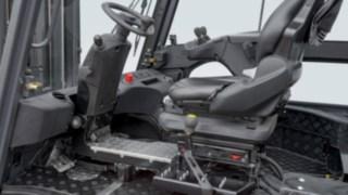 Hytten i en eldriven truck från Linde, utrustad med roterbar förararbetsplats. Med den roterbara förararbetsplatsen behöver inte föraren vrida huvudet och överkroppen vid backning – det skonar förarens rygg.
