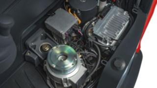 Elektriska och hydrauliska drivkomponenter i en av Lindes skjutstativtruckar.