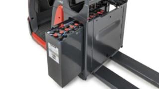 Batterierna tas ut på sidan på plocktruck N20 från Linde Material Handling