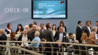 Incheckningsdisk med personer på World of Material Handling-mässan 2016