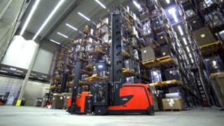 Film som visar funktioner och fördelar hos Lindes K-kombitruckar för inlagring och orderplockning i höglager.