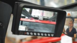 Det stativmonterade kamerasystemet för Lindes skjutstativtruckar hjälper föraren att placera lasten säkert på hyllan.